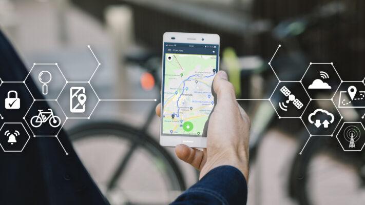Smartphone App am Handy zeigt aufgezeichnete Route eines GPS Trackers auf einer Karte