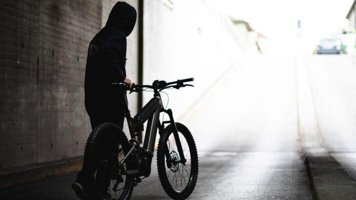 Dieb steht mit gestohlenem E-Bike in der Unterführung.