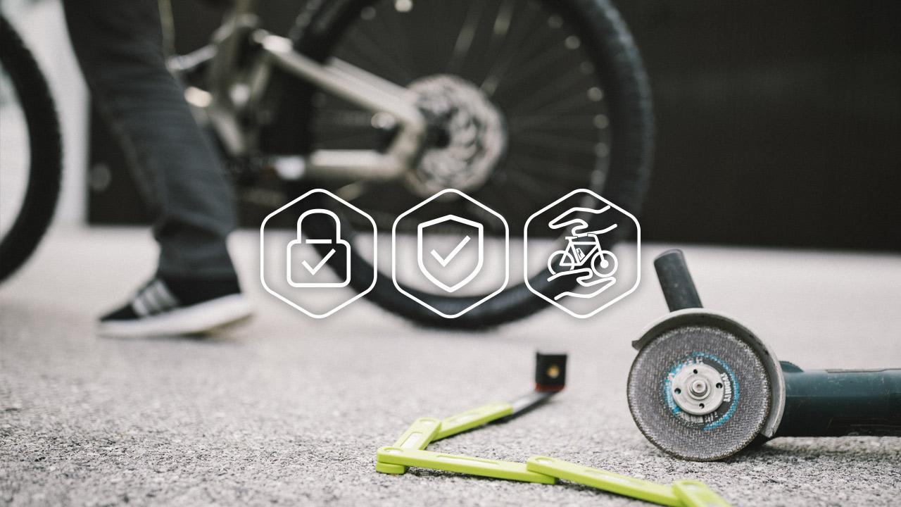 Aufgebrochenes Fahrrad Faltschloss liegt neben einer Akku-Flex auf dem Boden.